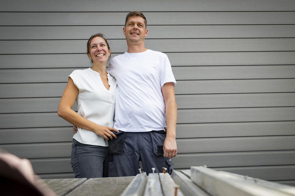 Zaakvoerder Benjamien en zijn vrouw Kelly vormen het team achter Lastamar. De omhelzing voor de automatische poort staat symbool voor hun samenwerking